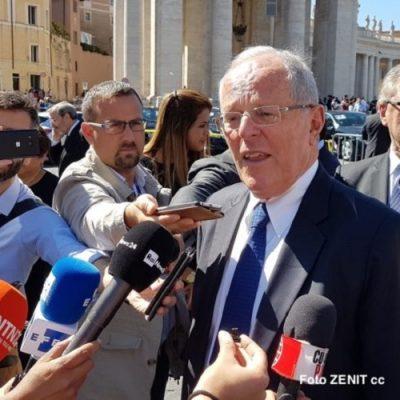 El Presidente de Perú entrega al Papa un bastón de mando autóctono