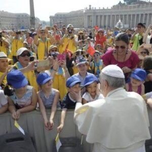 El Papa en la catequesis: La Iglesia somos todos, no hay patrones y obreros
