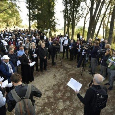 Padres sinodales, jóvenes y expertos peregrinan juntos a la tumba de Pedro