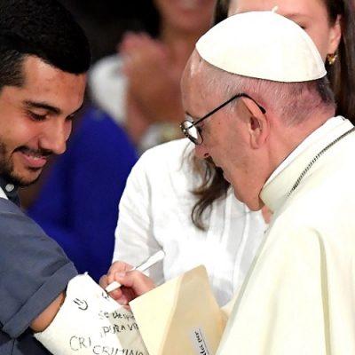"""El Papa a los jóvenes: """"No al populismo, hoy está de moda, pero lleva a cerrar las puertas y las manos"""""""
