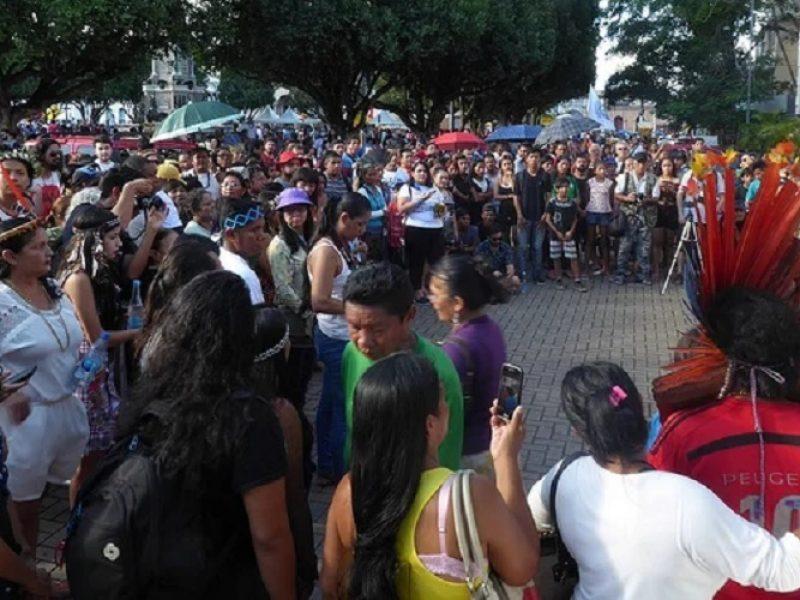 """Indígenas brasileños acusan a Bolsonaro de buscar su """"total genocidio"""" para """"abrir la Amazonia al agronegocio y la minería"""""""