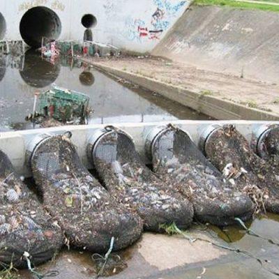 Quitar la basura del agua del desagüe