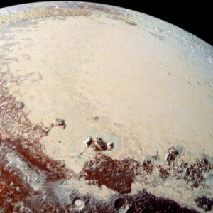 Gases aislantes de Plutón podrían evitar que se hiele un océano líquido del planeta