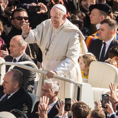 """Audiencia general: """"Dios siempre nos acompaña y hace más ligero el peso de nuestra cruz"""""""