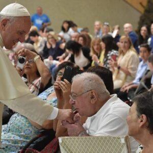 """El Papa aboga por """"una Iglesia sin fronteras, que sabe tomar de la mano para levantar, no para condenar"""""""
