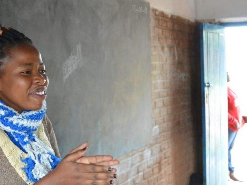 Malaui: Conozca a Claudine, una trabajadora social que anima a las niñas a ser lo mejor que puedan