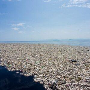 Un enorme dispositivo flotante recolecta con éxito plásticos en el Océano