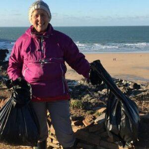 La abuela inglesa que se dedica a limpiar playas