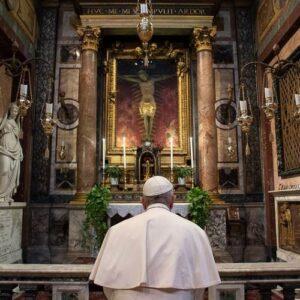 """Las dos oraciones del Papa para invocar el """"fin de la pandemia"""""""
