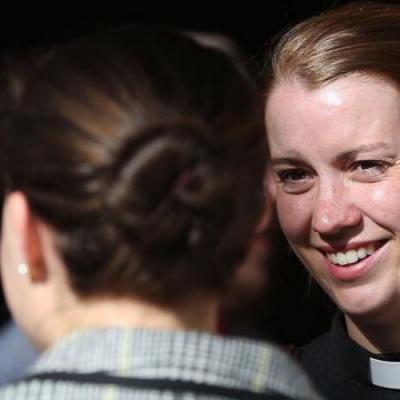 Por primera vez la Iglesia Anglicana ordena más mujeres que hombres