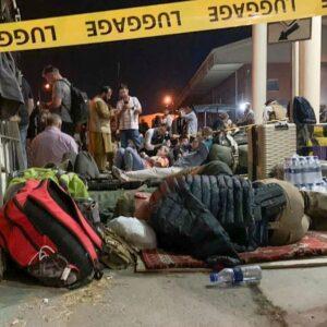 Kabul, reabre el aeropuerto. Biden: «No podíamos quedarnos más tiempo»